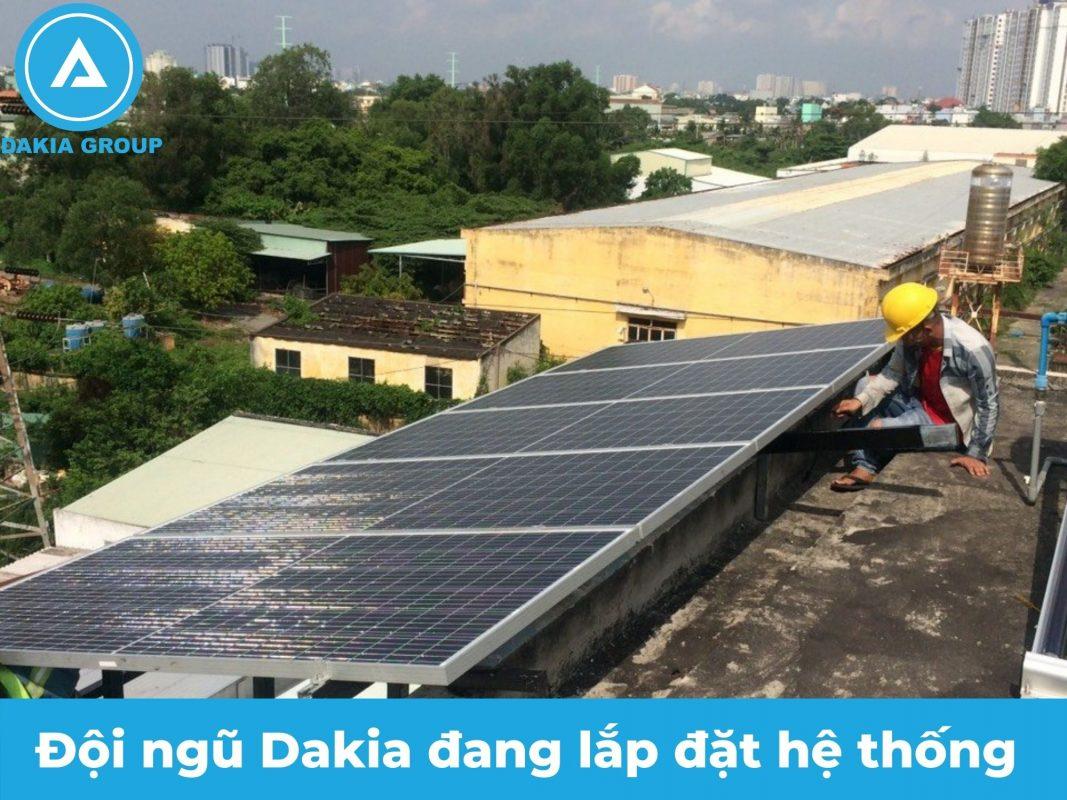 Đội ngũ lắp đặt hệ thống NLMT của Dakia Group
