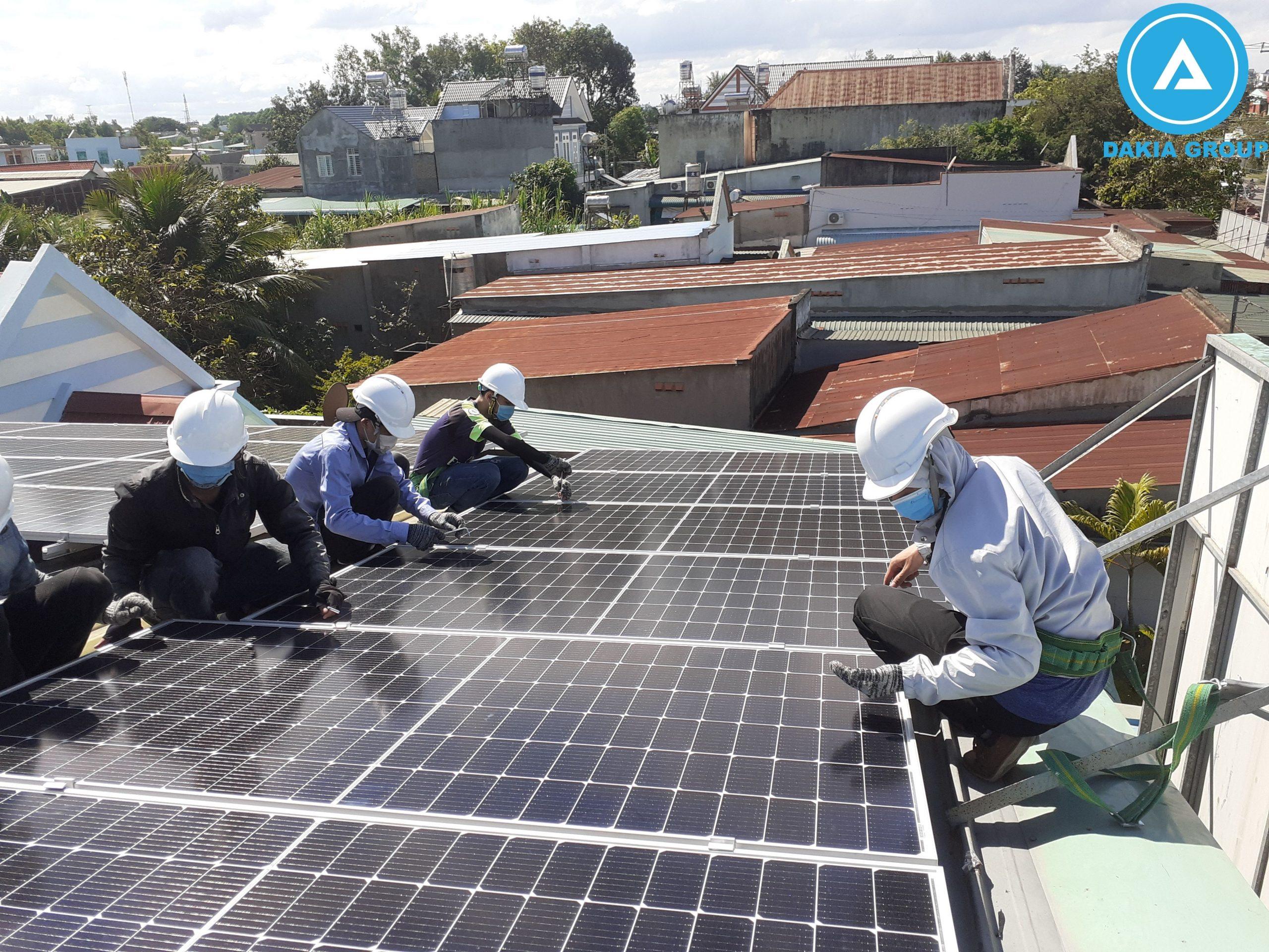 Đội thi công lắp đặt tấm pin năng lượng mặt trời dự án xưởng 1 TTĐ